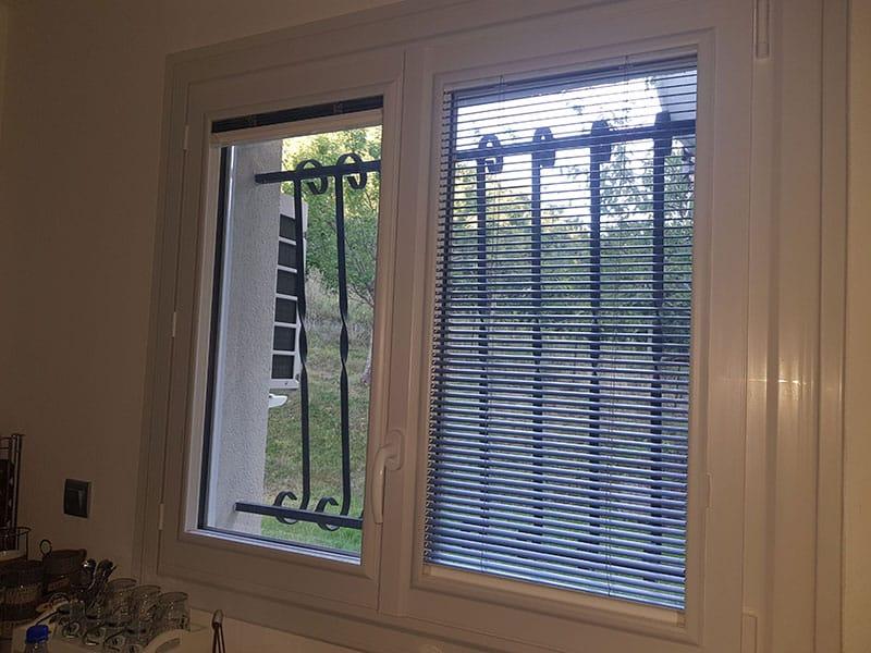 Fenêtre PVC avec store vénitien intégré d'usine
