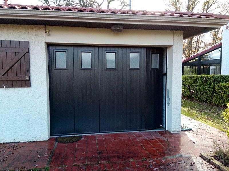 Porte de garage noire avec fenetres