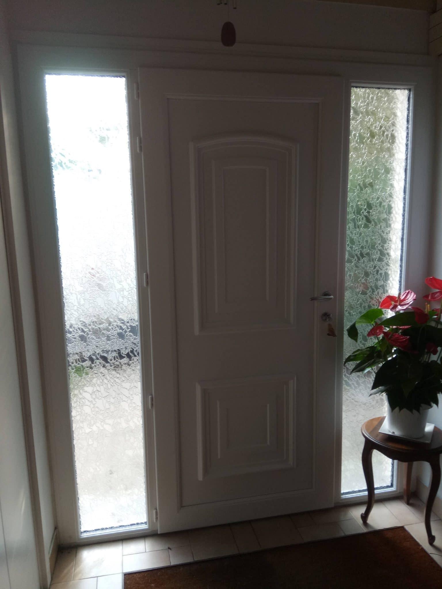 Porte d'entrée en PVC avec 2 fixes latéraux vitrage Delta clair, poignée alu brossée
