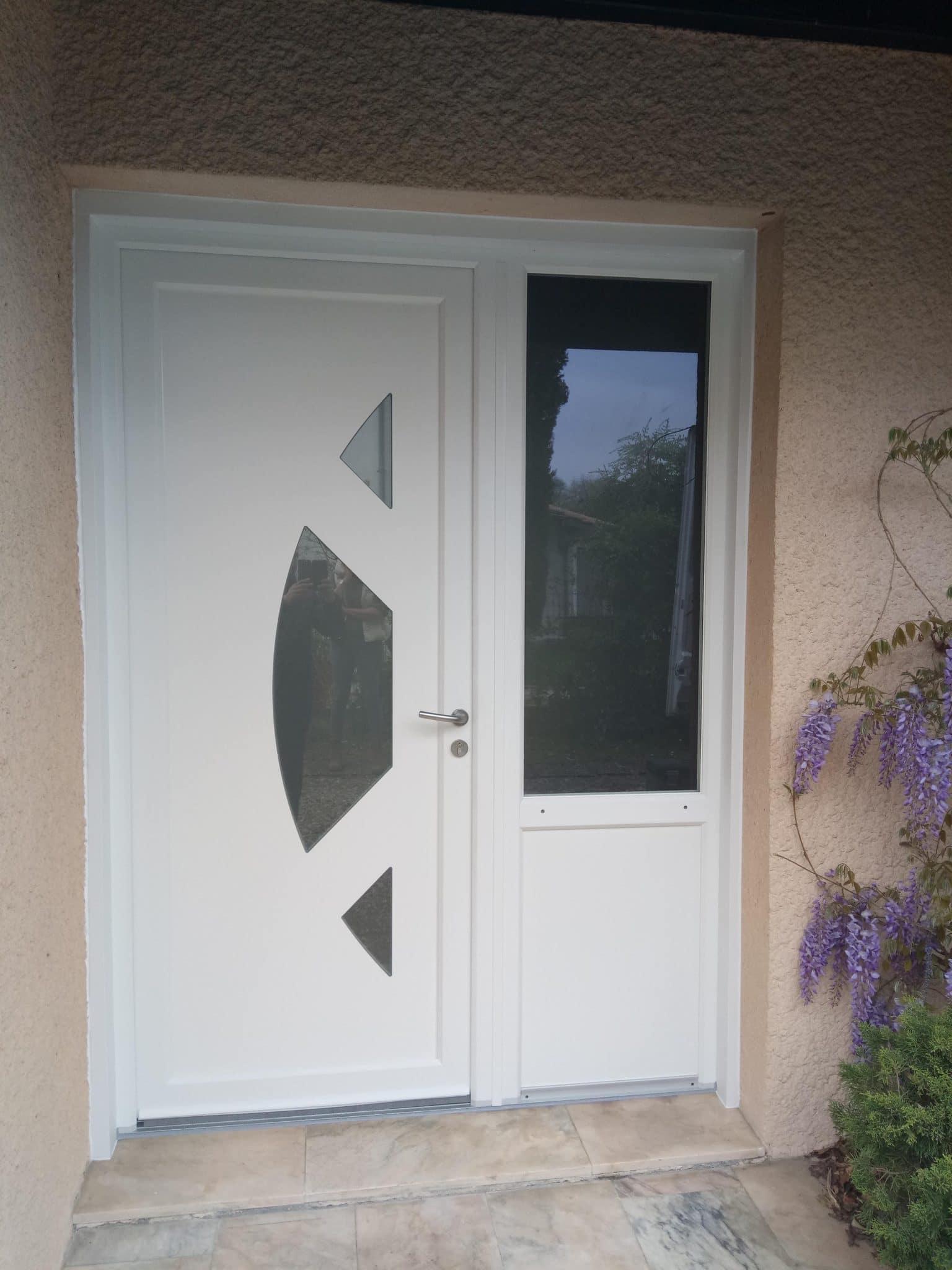 Fabrication et pose d'une porte d'entrée avec châssis fixe latéral