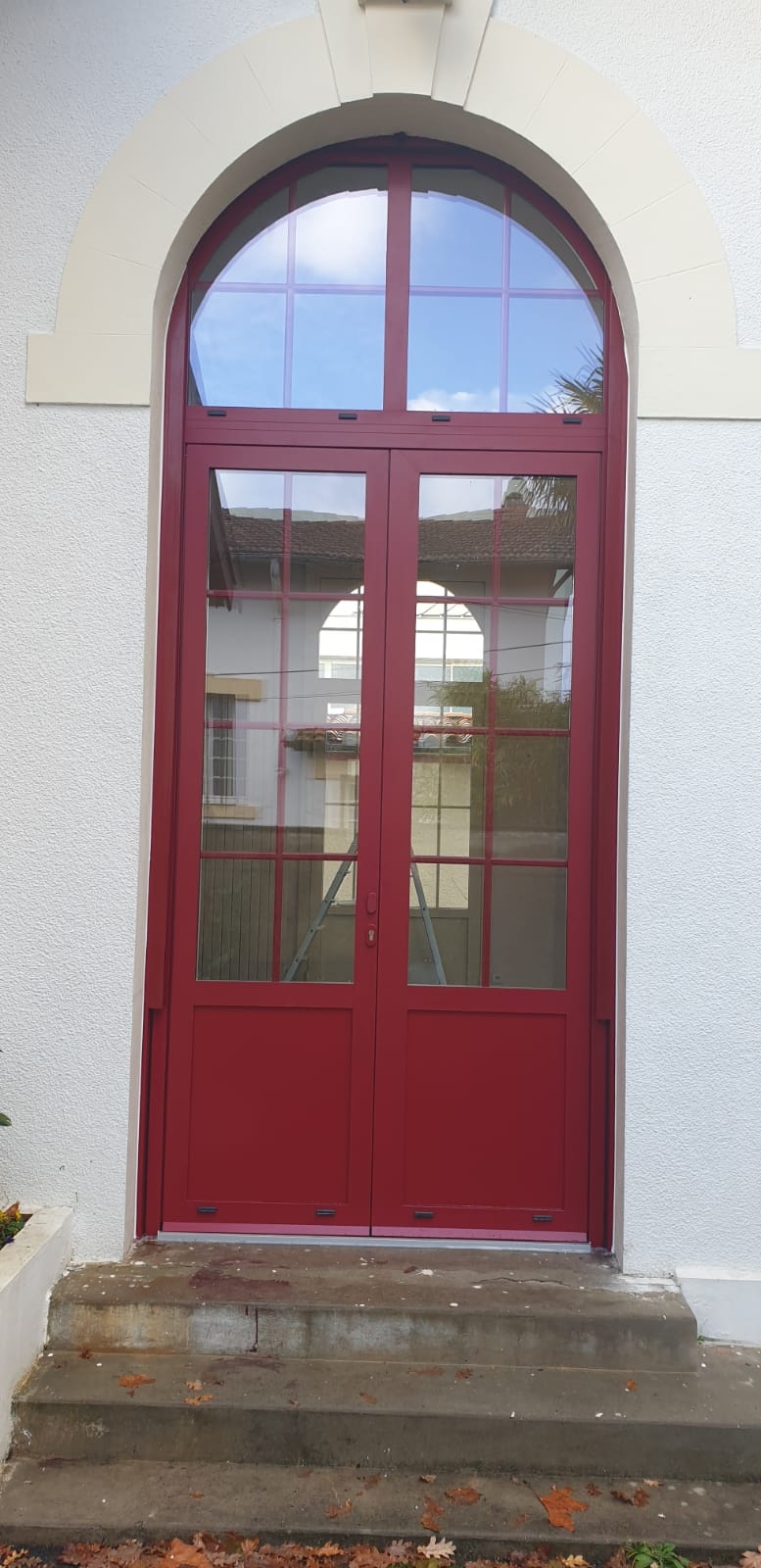 Porte fenêtre aluminium avec soubassement et volet roulant