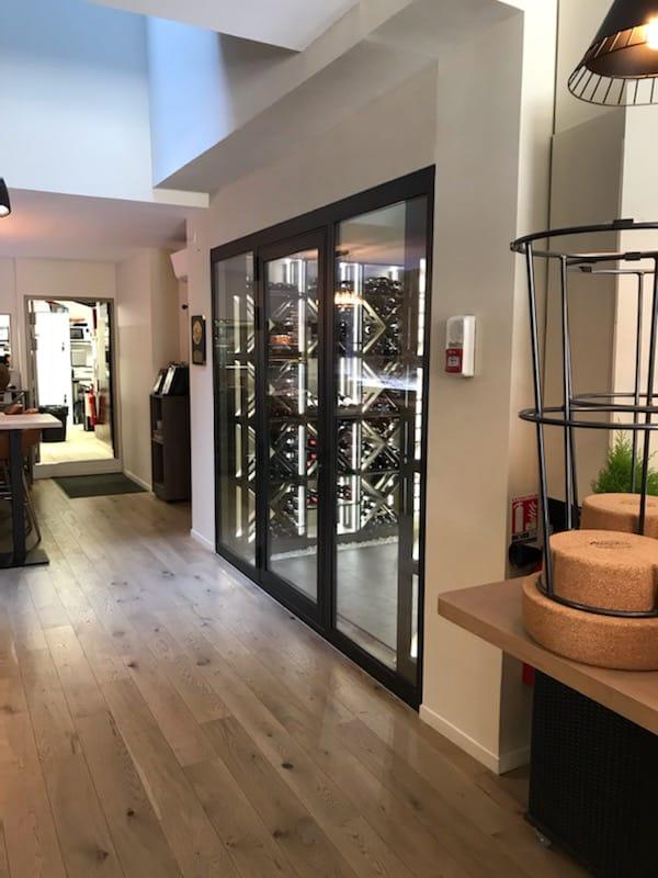 réalisation d'une vitrine en aluminium pour une cave à vin dans un restaurant à Bordeaux
