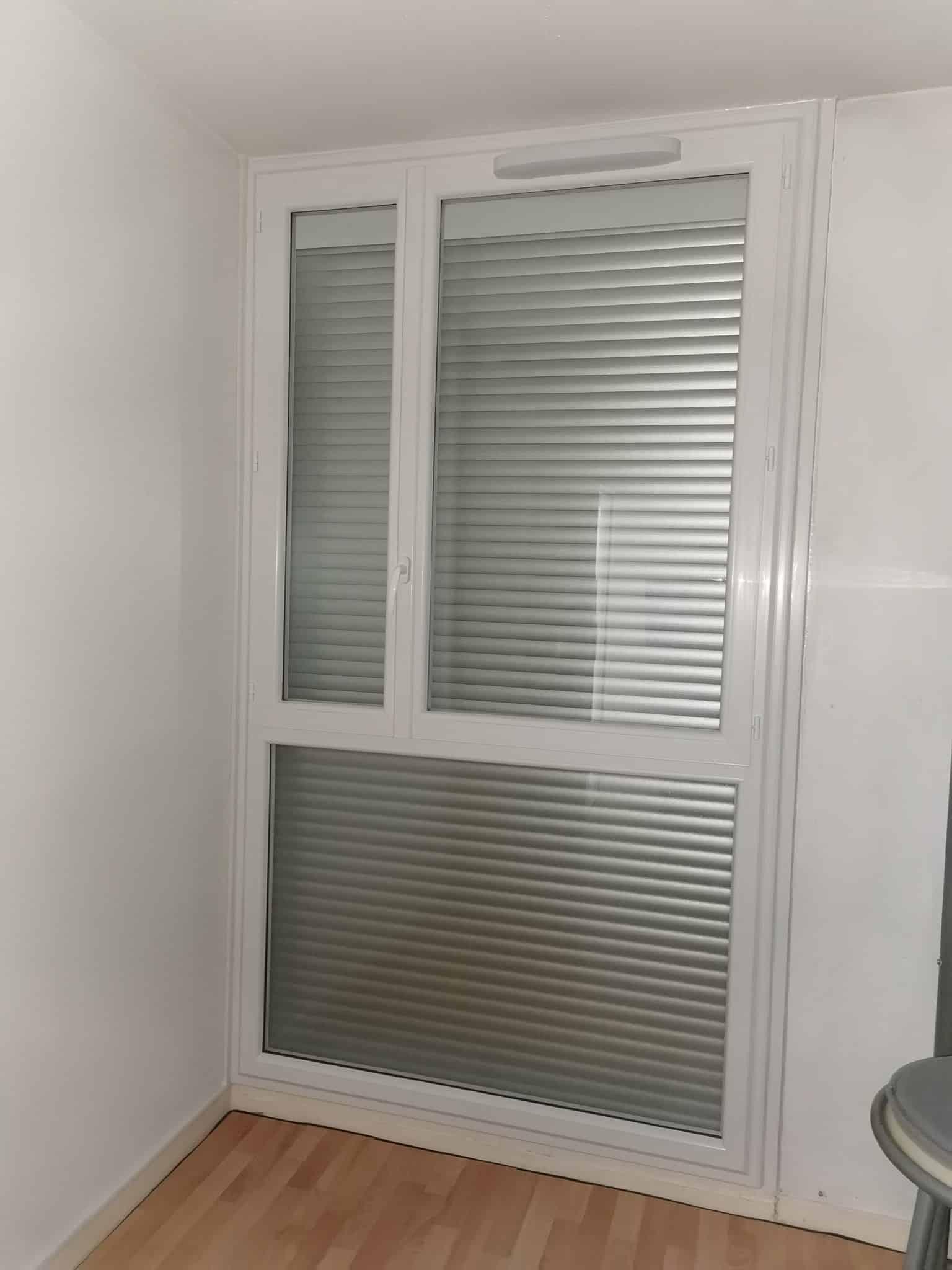 Fenêtre PVC  sur allège vitrée avec volet roulant