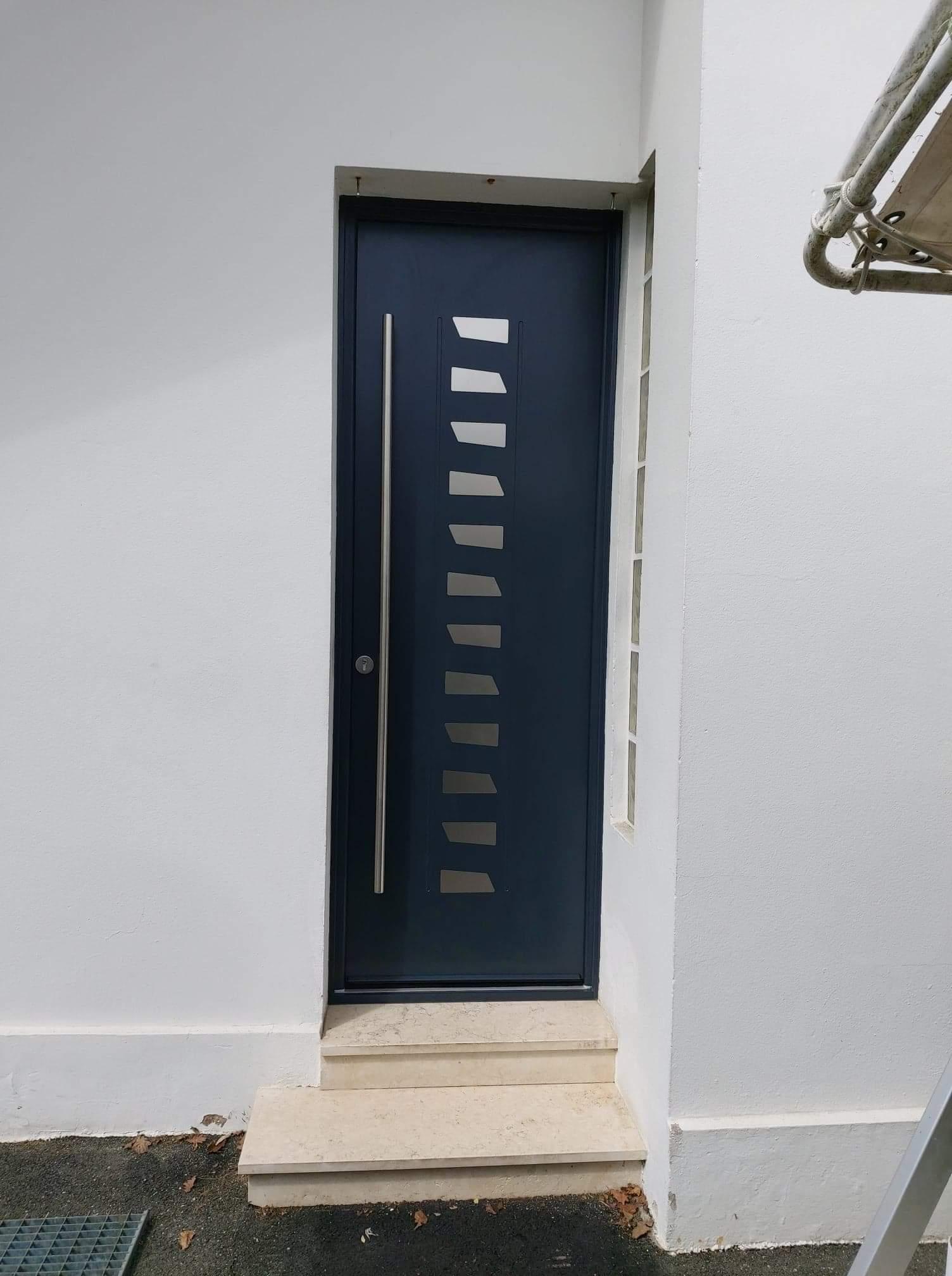 porte d'entrée sur mesure en aluminium monobloc posée en rénovation